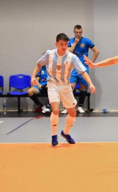 uczeń grający w futsal