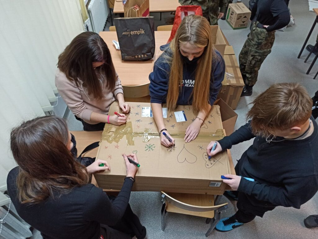 zdjęcie przedstawiające pakowanie prezentów w akcji Szlachetna Paczka