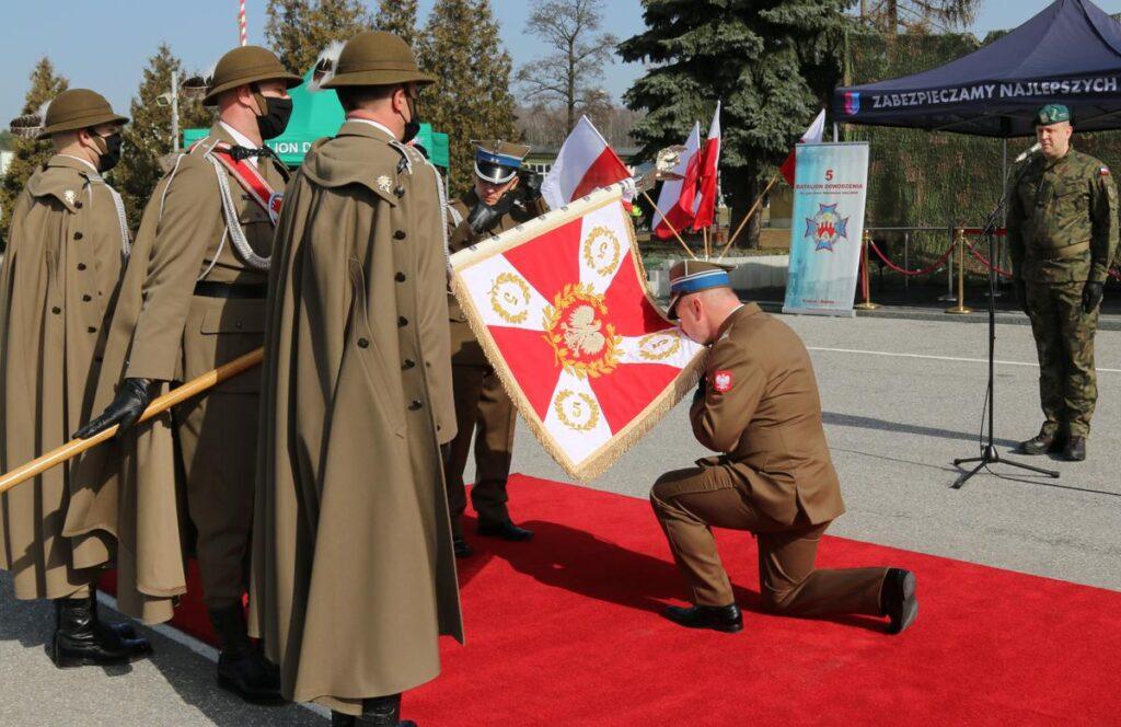 zdjęcie z uroczystości przekazania obowiązków dowódcy 5 batalionu dowodzenia